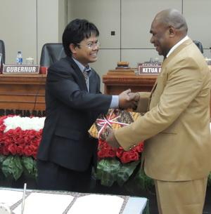 Kepala Perwakilan BPK RI Provinsi Papua Barat menyerahkan LHP ke Ketua DPR PB